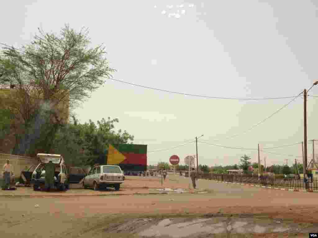 Drapeau de l'Azawad (les rebelles insistent pour que les habitants du Nord-Mali fassent référence à l'Azawad pour parler de la région)