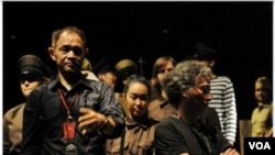 """Goenawan Mohamad dan Tony Prabowo di panggung opera """"Tan Malaka"""" di teater Salihara, Jakarta (18-20 Oktober, 2010)."""