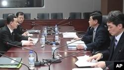 지난 2010년 2월 8일 개성 남북경협협의사무소에서 금강산 관광 문제를 논의하기 위해 열린 남북 실무회담 모습(자료사진)