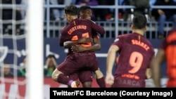 Couthino et Dembélé du FC Barcelone s'embrassent après un but lors du match contre Malaga, au stade La Rosaleda, Espagne, 10 mars 2018. (Twitter/FC Barcelone)
