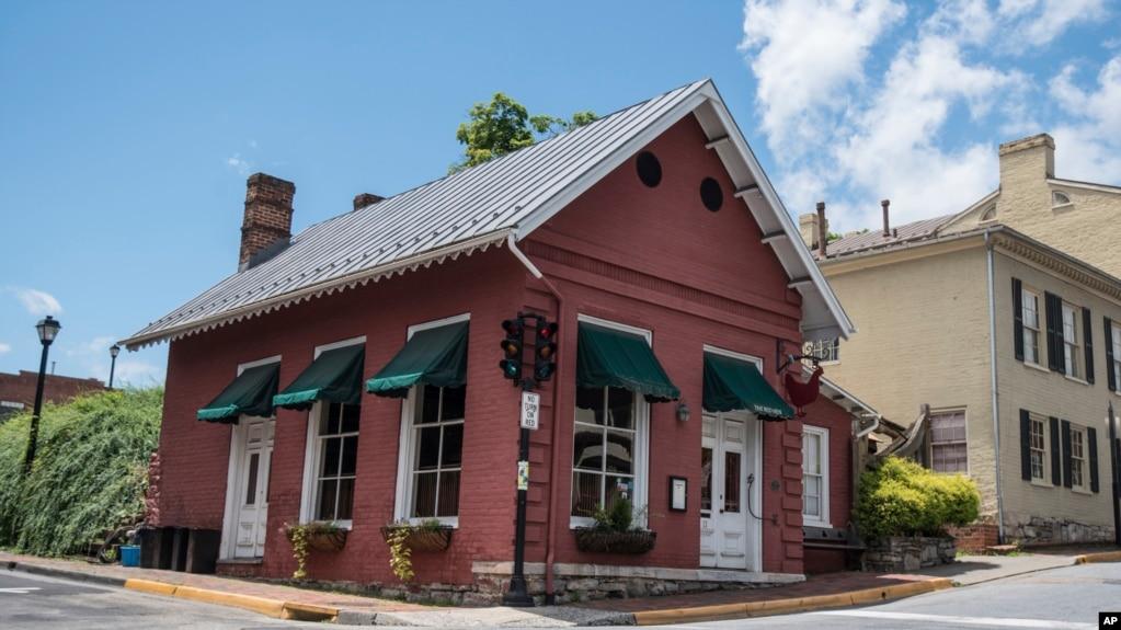 """维吉尼亚州莱克星顿的""""红母鸡""""(Red Hen)餐馆。(2018年6月23日)"""