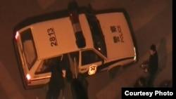 杨匡被北京警方押进警察(胡佳推特图片)