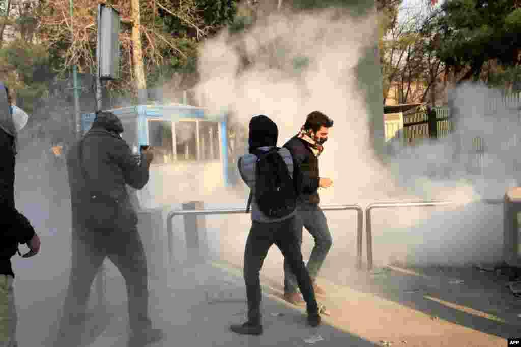 Полиция пытается разогнать недовольных с помощью слезоточивого газа.