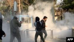 თეირანის უნივერსიტეტის სტუდენტების დემონსტრაცია ირანის პოლიციამ ცრემლსადენი გაზის გამოყენებით დაშალა, 30 დეკემბერი, 2017