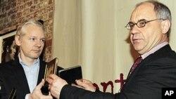 17 جنوری، 2011، لندن: سابق سوئس بینکر روڈالف ایلمر وکی لیکس کے بانی جولیان اسانج کو سوئس اکاؤنٹس سے متعلق معلومات سے بھری ہوئی دو سی ڈیاں دے رہے ہیں
