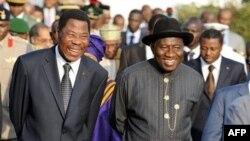 Predsednik Nigerije Gudlak Džonatan (desno) i njegov kolega iz Republike Benin Boni Jaji razgovaraju tokom današnjeg hitnog samita zapadno-afričkih lidera o krizi u Obali Slonovače, koji je održan u Abudži