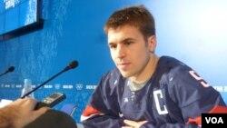 Đội trưởng đội khúc côn cầu Mỹ Zach Parise nói chuyện với các nhà báo ở Sochi, 11/2/14