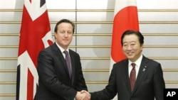 PM Inggris David Cameron (kiri) bersalaman dengan PM Jepang Yoshihiko Noda dalam pertemuan di Tokyo (10/4).