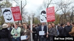 今年5月6日莫斯科反政府集会中,示威者为被捕关押的反对派人士募捐。(美国之音白桦拍摄)
