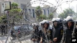Binh sĩ Ai Cập đứng gác trong 1 cuộc biểu tình trước Tòa án Hiến pháp Tối cao Ai Cập ở Cairo, Ai Cập, thứ Năm 14/6/2012