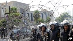 سربازان مصری در برابر دادگاه قانون اساسی مصر هنگام تظاهرات مردم در روز پنجشنبه
