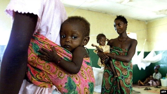 Sierra Leonean mothers hold their children (File)