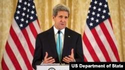 美国国务卿克里在巴黎发表讲话