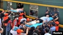 강진이 발생한 중국 윈난성 자오퉁시에서 5일 생존자들이 기차로 이송되고 있다.
