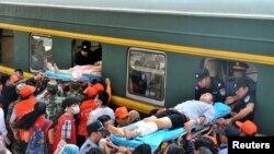 Bıçaklı saldırıda yaralanan yolcular bir trene bindirilirken