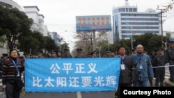 2010年4月吳淦與來自各地的活動人士在福州法庭外聲援福建三網民。 (照片來源:現場活動人士)