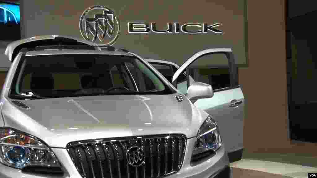 El nuevo Buick está en vitrina en la Feria de Autos en la capital de EE.UU.