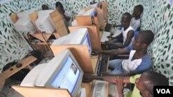 Warga di negara-negara Afrika Timur harus kehilangan akses internet akibat kabel di dasar laut terputus.