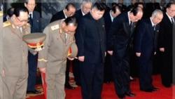 ادای احترام پسر رهبر کره شمالی به جسد پدرش