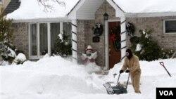 Los vecinos en Nueva York realizan su propia limpieza de la nieve, en particular en las áreas suburbanas, tal como hace Chris Wierzbicki, en el vecindario de Howard Beach, Queens, Nueva York.