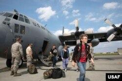 주한미군 가족들이 한반도 비상사태에 대비한 대피훈련으로 C-130 수송기를 타고 일본 요코타 공군기지에 도착했다. (자료사진)