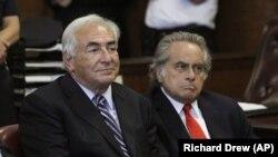 Ünlü Avukat Benjamin Brafman (sağda), 2011 yılında tecavüz girişimi iddiasıyla yargılanan dönemin IMF Başkanı Dominique Strauss-Kahn'ı savunmuştu.