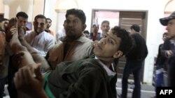 Người biểu tình bị thương được đưa vào bệnh viện tại làng Karzakan, Bahrain