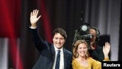 Premeye Minis kanadyen an Justin Trudeau ak madanm li Sophie Gregoire Trudeau nan Palè Dè Kongrè a nan Montreal, Quebec, Kanad, 22 oktòb 2019.
