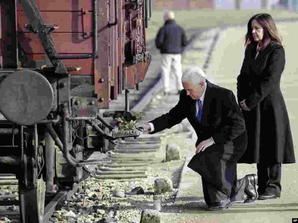 مایک پنس معاون رئیس جمهوری آمریکا و همسرش در حاشیه سفر به لهستان ازاردوگاه آشویتس دیدار کردند. نازی ها در جنگ جهانی دوم میلیون ها یهودی را به قتل رساندند.