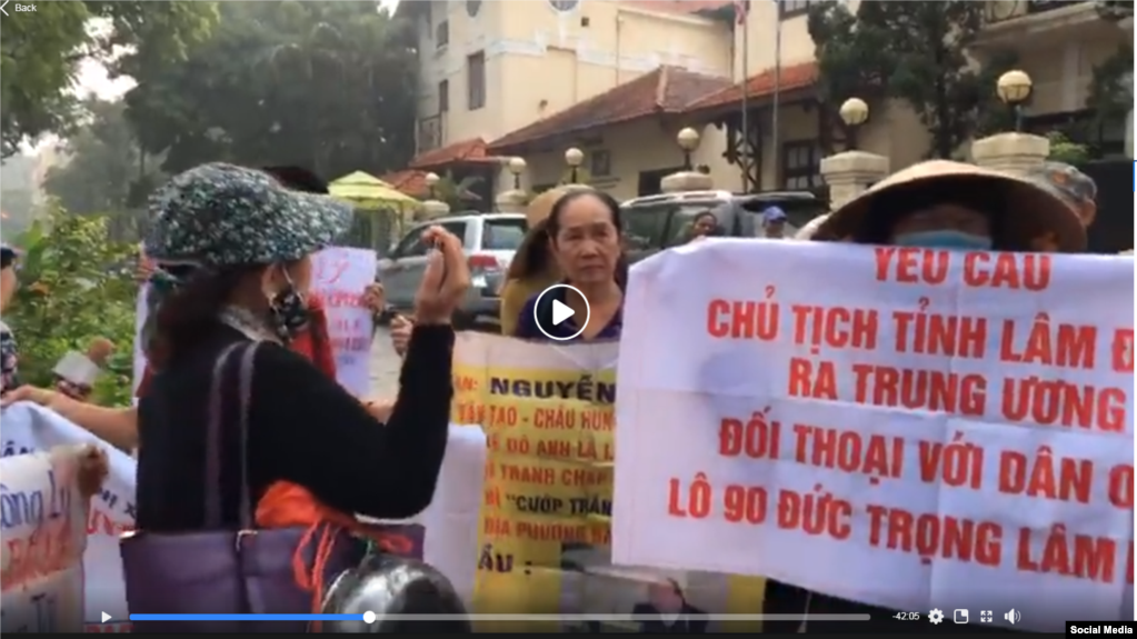 Người dân biểu tình gần tòa nhà Quốc hội ở Hà Nội hôm 21/10/2019. Photo EVA TV Vietnam.