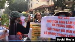Một cuộc biểu tình đòi minh bạch thông tin gần tòa nhà Quốc hội ở Hà Nội, tháng 10/2019. Photo EVA TV Vietnam.