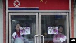 중국 단둥의 북한 식당에서 유리창을 닦는 북한 종업원들. (자료사진)