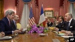 Ngoại trưởng Mỹ John Kerry và Ngoại trưởng Pháp Laurent Fabius (phải) nói chuyện trước khi bắt đầu cuộc họp tại Beau Rivage Palace Hotel ở Lausanne, Thụy Sĩ, ngày 28/3/2015.