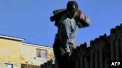 Một người Mexico trèo qua hàng rào biên giới để vào Hoa Kỳ