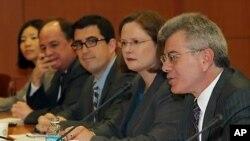 지난 2011년 5월 3일 한국 외교부청사에서 열린 제2차 핵안보정상회의 준비를 위한 한ㆍ미 협의에서 인사말을 하고있는 게리 세이모어(우) 미국 백악관 국가안보위원회 대량살상무기 조정관(자료사진)