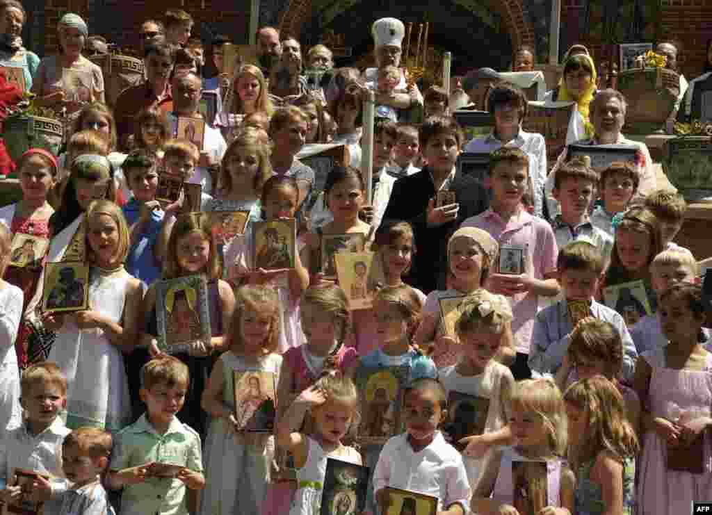 Фото на память. Дети прихода храма Святого Иоанна Предтечи