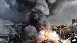 이스라엘 전투기의 가자지구 공습으로 불에타는 가자지구 남부 라파의 가옥