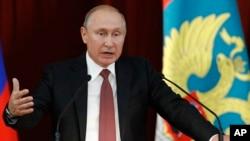 Ruski predsednik Vladimir Putin se obraća diplomatama u Moskvi