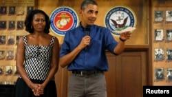 오바마 대통령과 영부인 미셸 여사가 하와이 휴가 도중 현지 해병부대를 방문해 미군 장병들을 위로했다.