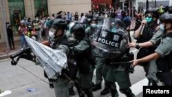 香港人遊行抗議北京計劃針對香港的國家安全立法。有人向防暴警察投擲雨傘。(2020年5月24日)