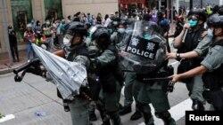 在2020年5月24日反對中國針對香港國安立法的抗議活動中,一把雨傘被扔向防暴警察。