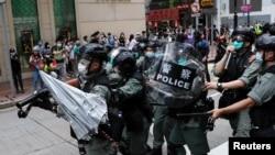 星期天(5月25日),香港人游行抗议北京计划针对香港的国家安全立法。有人向防暴警察投掷雨伞。