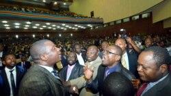 Bobendani kati na bakeli mibeko na Assemblée nationale, na Kinshasa, RDC, 12 avril 2012.