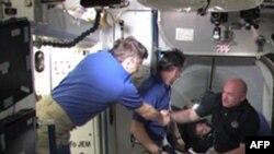 Chỉ huy trưởng Mark Kelly và thành viên phi hành đoàn của tàu con thoi Endeavour được chào đón trên Trạm Không gian Quốc tế (hình: NASA - TV)