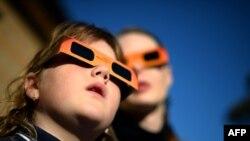 Posmatrači u Sidneju mogli su danas da prate delimično pomračenje sunca