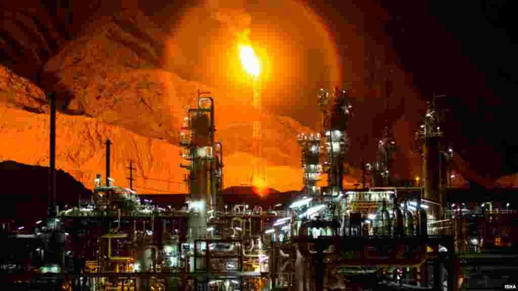 """خبرگزاری های ایران خبر داده اند. طرح توسعه فازهای ۱۵ و ۱۶ """"پارس جنوبی"""" به عنوان پروژه گازی دارای اولویت وزارت نفت، به زودی افتتاح میشود. پارس جنوبی بزرگترین میدان گازی جهان است که ایران و قطر در آن دارای ذخایر مشترک هستند. ده سالی است که قطر استخراج از آن را آغاز کرده اما ایران هنوز موفقیت چندانی نداشته است. گفته میشود در صورت برداشت کامل گاز این میدان، انرژی ۱۰ سال کل ساکنان کره زمین تامین میشود. عکس: همت خواهی، ایسنا"""