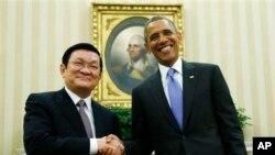 Tổng thống Barack Obama và Chủ tịch nước Trương Tấn Sang của Việt Nam trong cuộc họp tại Phòng Bầu dục ở Tòa Bạch Ốc, ngày 25/7/2013.