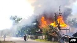 미얀마 서부 지역 주택가에 화재가 발생하자 주민들이 진화에 나서고 있다. (자료사진)