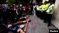 Un grupo de mujeres protestan, frente a una delegación de la policía en México, contra los altos índices de violencia en su país.
