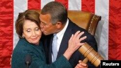 Ketua DPR John Boehner dari Partai Republik memberikan ciuman di pipi ketua Fraksi Minoritas Nancy Pelosi dari Partai Demokrat ketika secara simbolis menerima palu ketua sidang di Gedung DPR, Washington DC (6/1/2015).